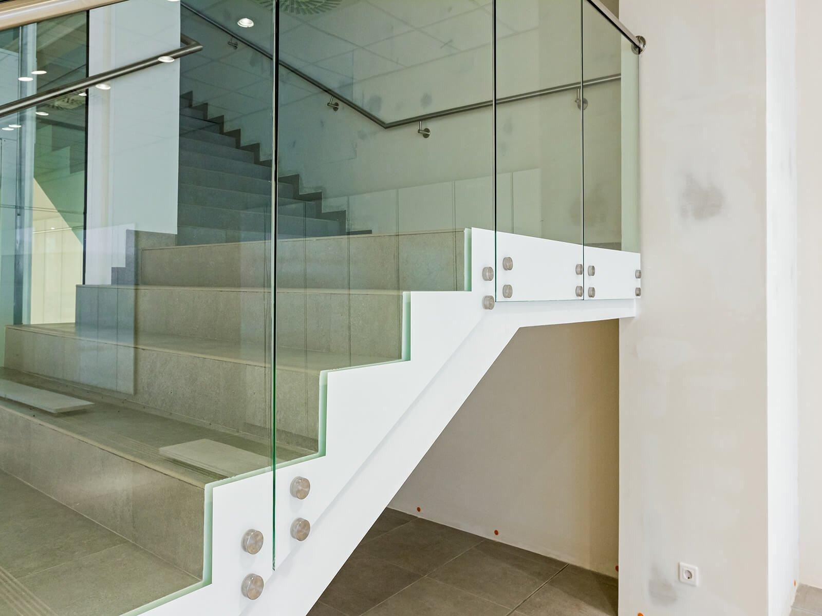 Glasbruestung SOLO die ideale Loesung um Treppen mit einem Gelaender zu sichern
