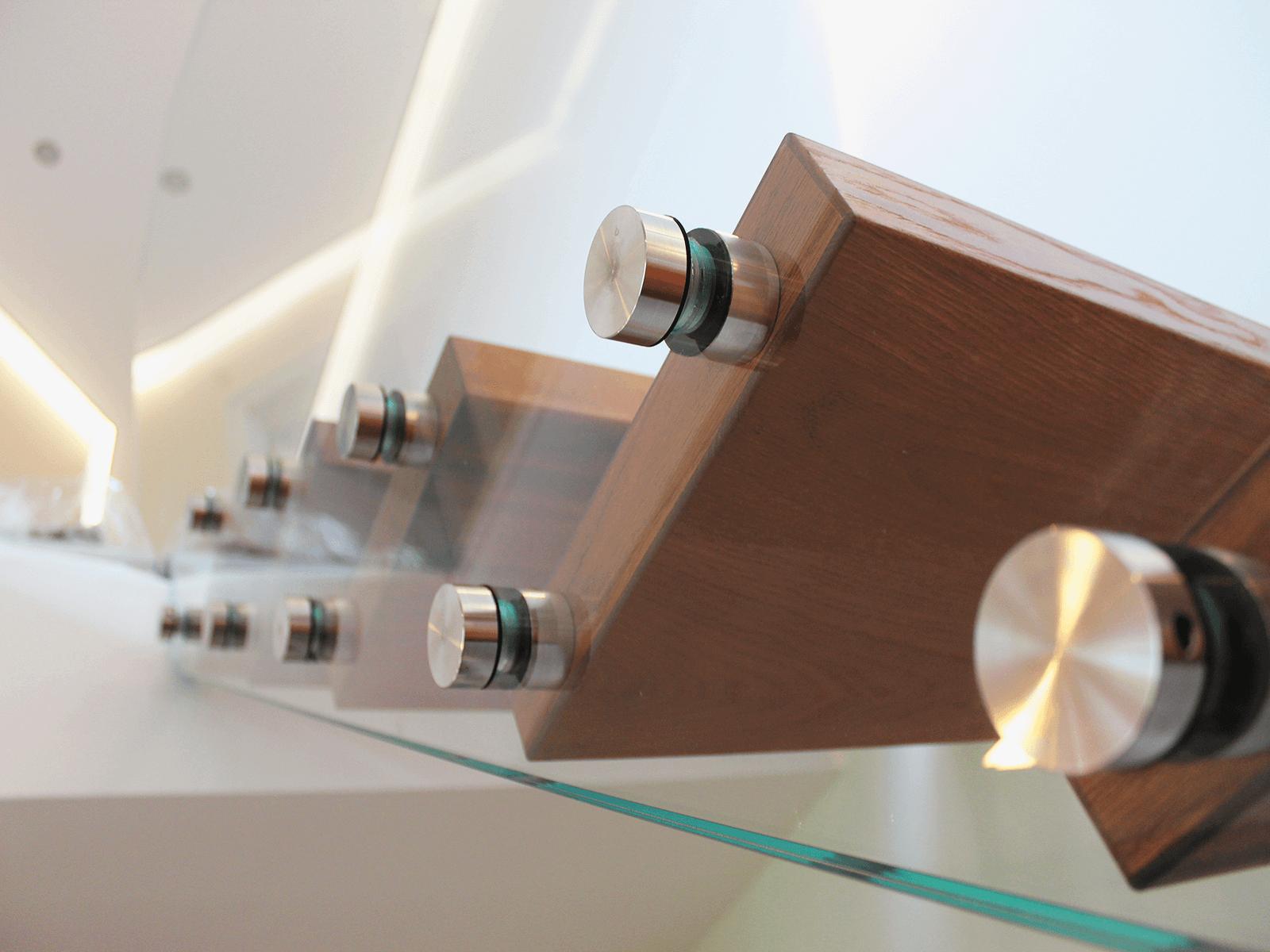 Glasgelaender Solo mit stirnseitiger Montage durch Edelstahl Punkthaltern