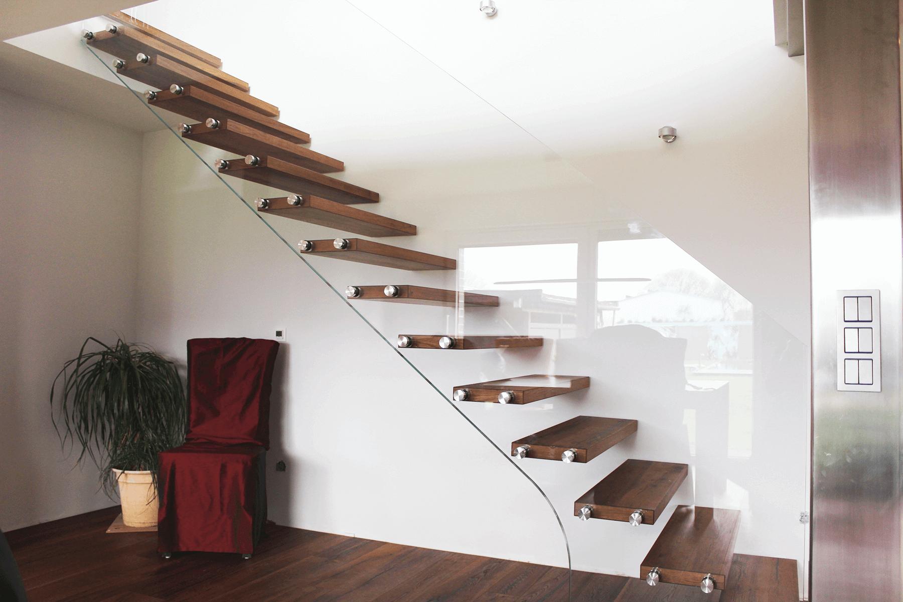 Glasreling SOLO als Absturzsicherung  fuer eine Treppe mit rahmenloser Ganzglasoptik