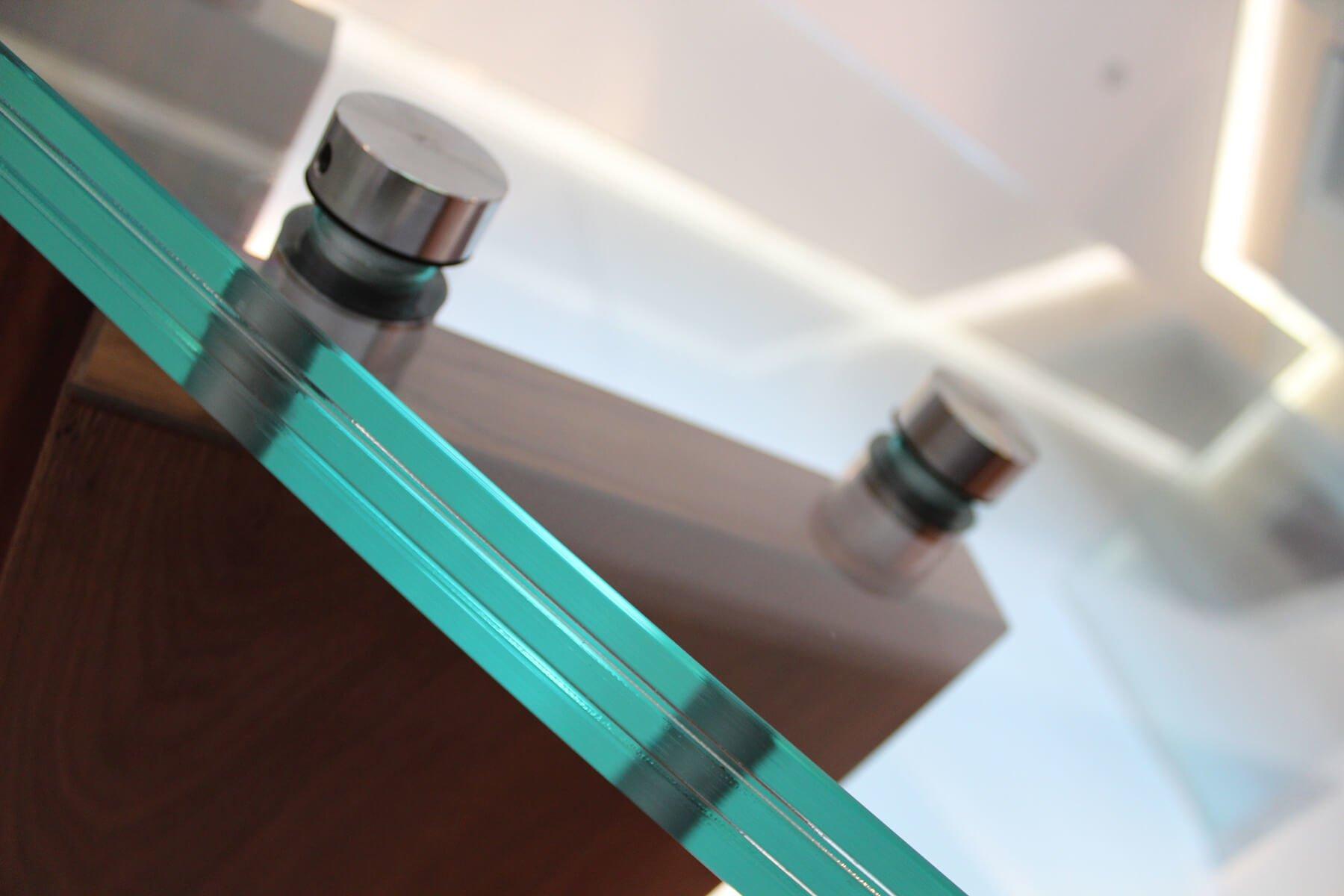 Hochwertige Punkthalter fuer das Glasgelaender SOLO aus V4A Edelstahl