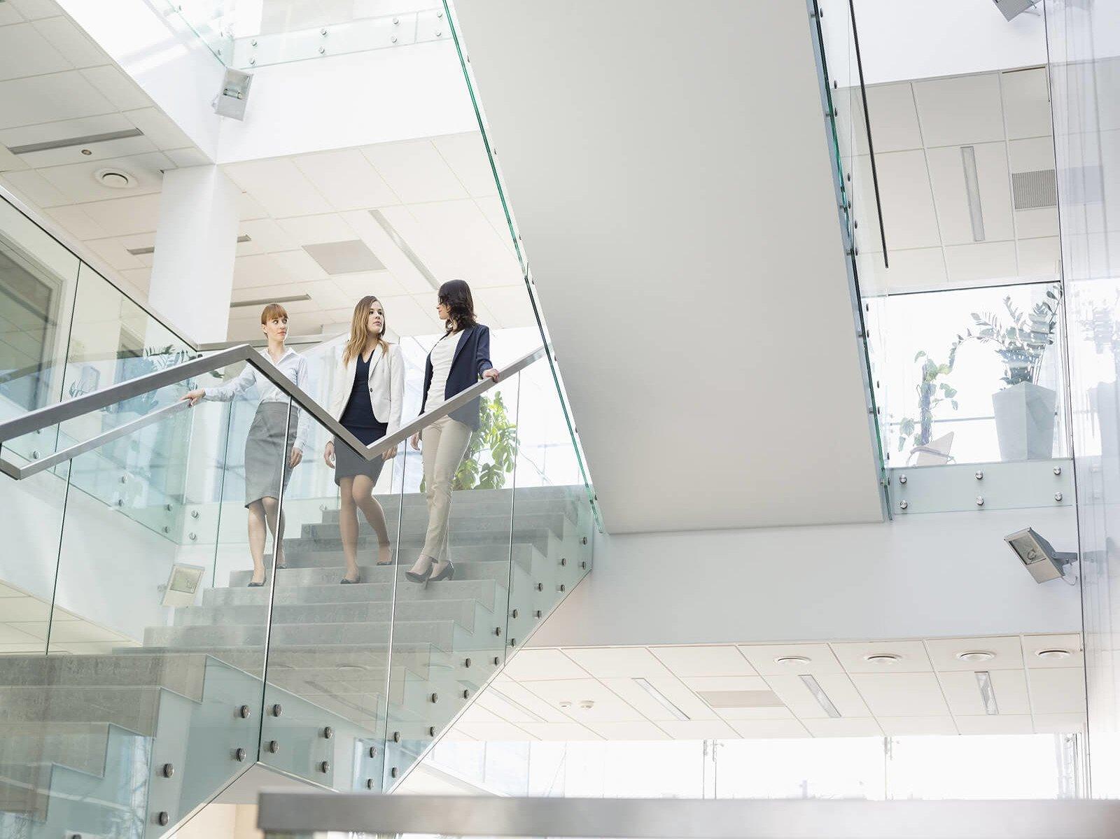 Rahmenloses Glasgelaender mit freiem Blick auf den Baukoerper