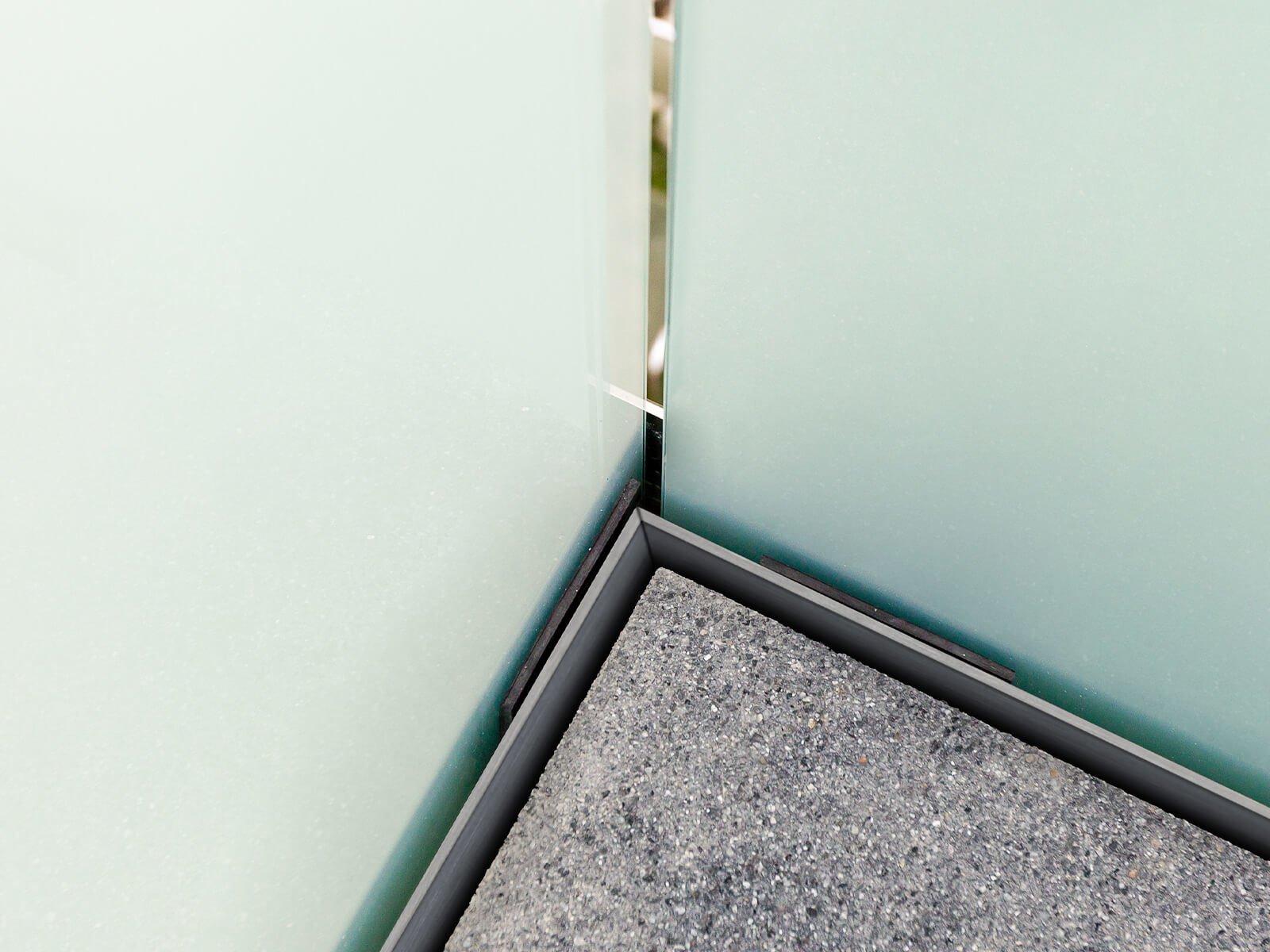 Brüstungsgeländer aus Glas für die stirnseitige Montage mit Befestigung im Flansch