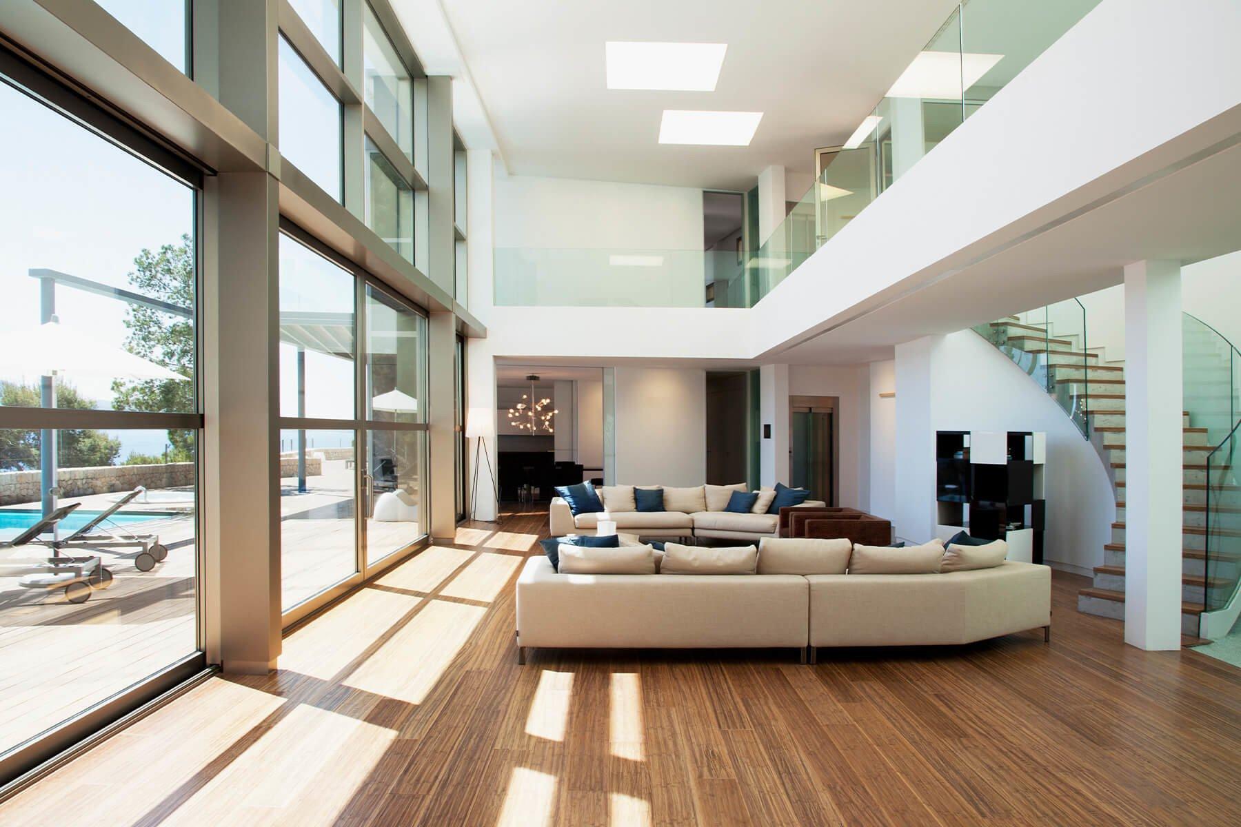 Glasbruestung Variante im Wohnzimmer fuer ein luxurioses und edles Ambiente