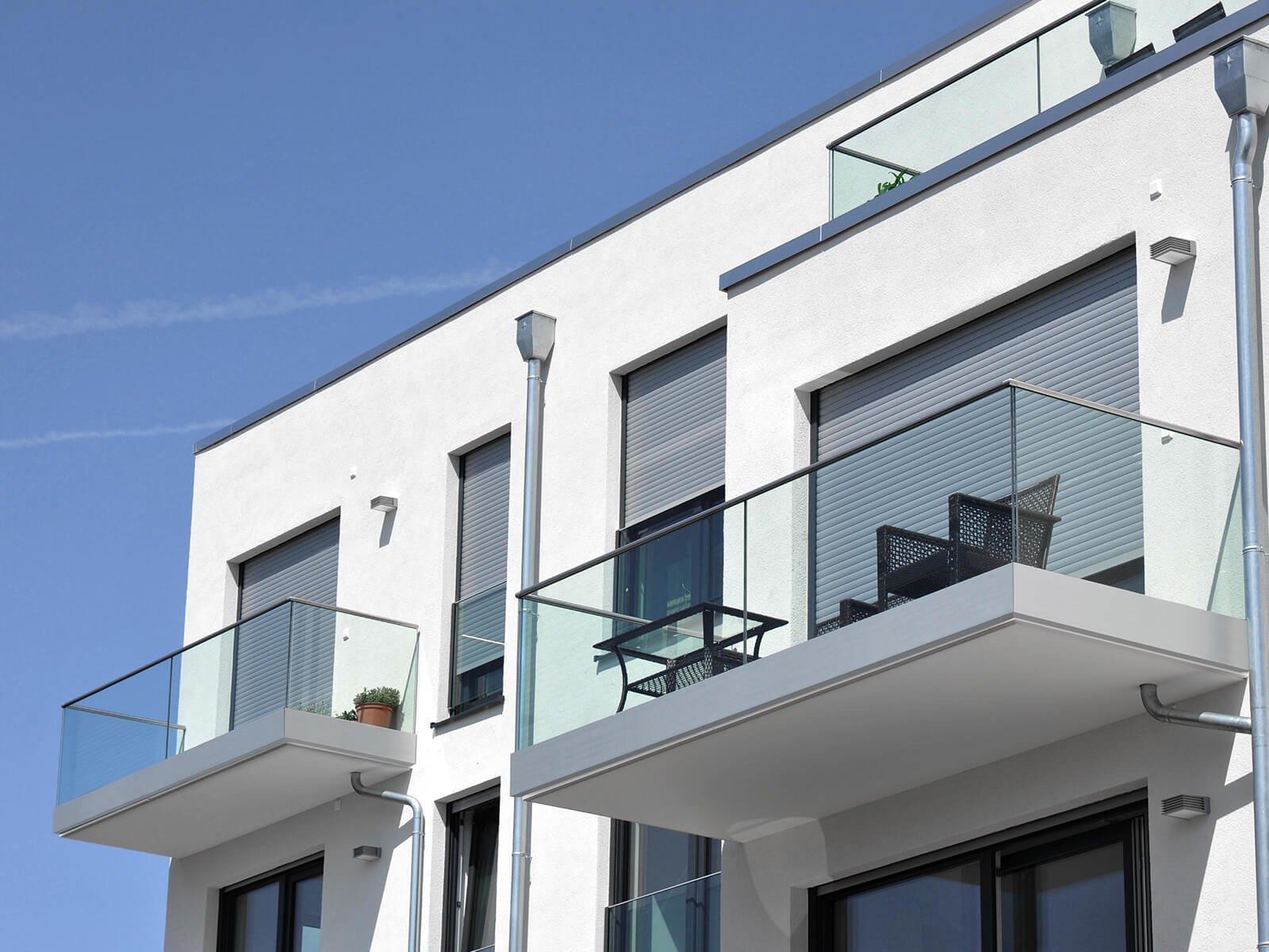 Glasgeländer Variante fuer Innen und Außenbereiche als elegante Lösung für Absturzsicherungen mit AbP