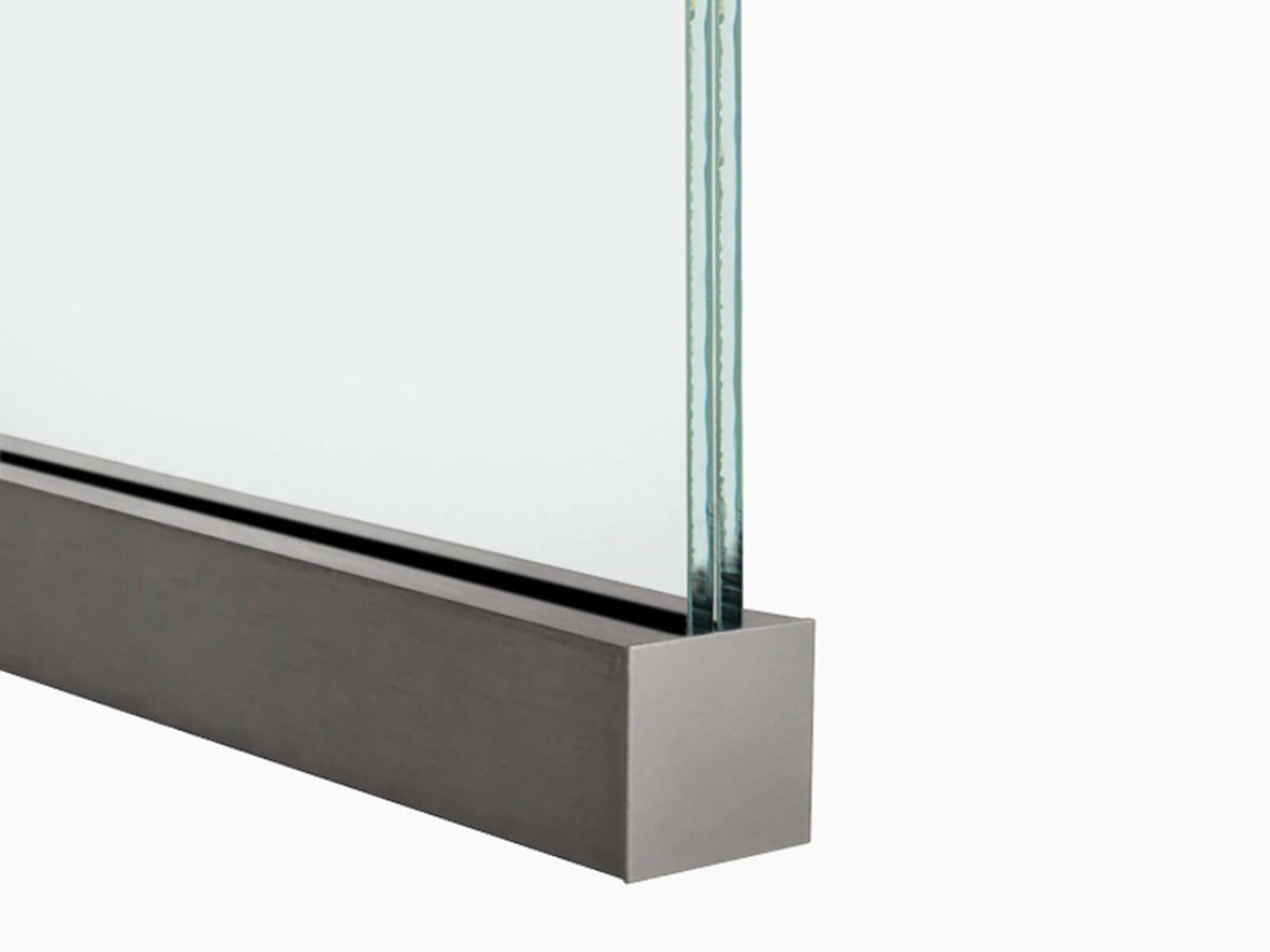 trennwand-profil-slim-protect-mit-glasscheibe