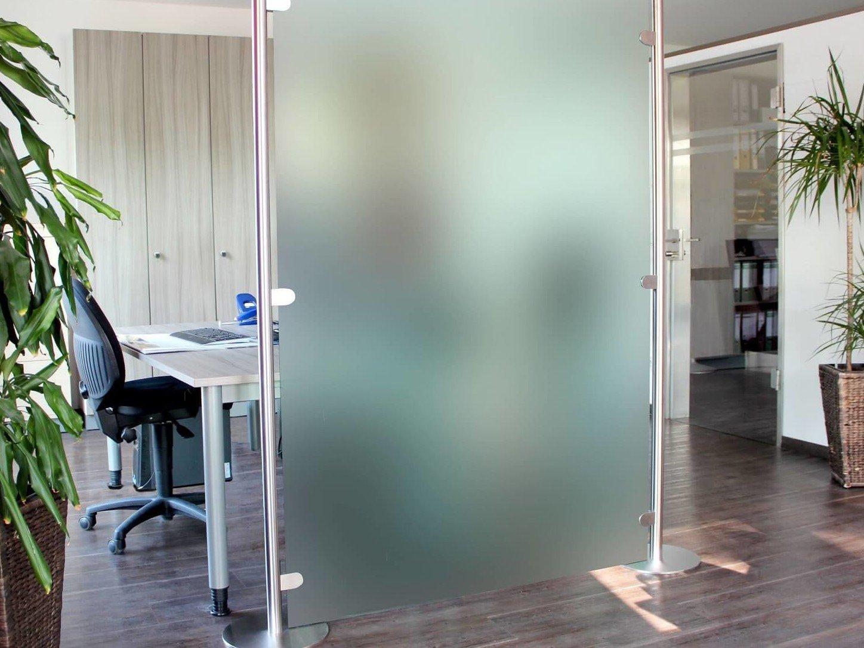 mobiler-raumteiler-aus-milchglas-am-arbeitsplatz
