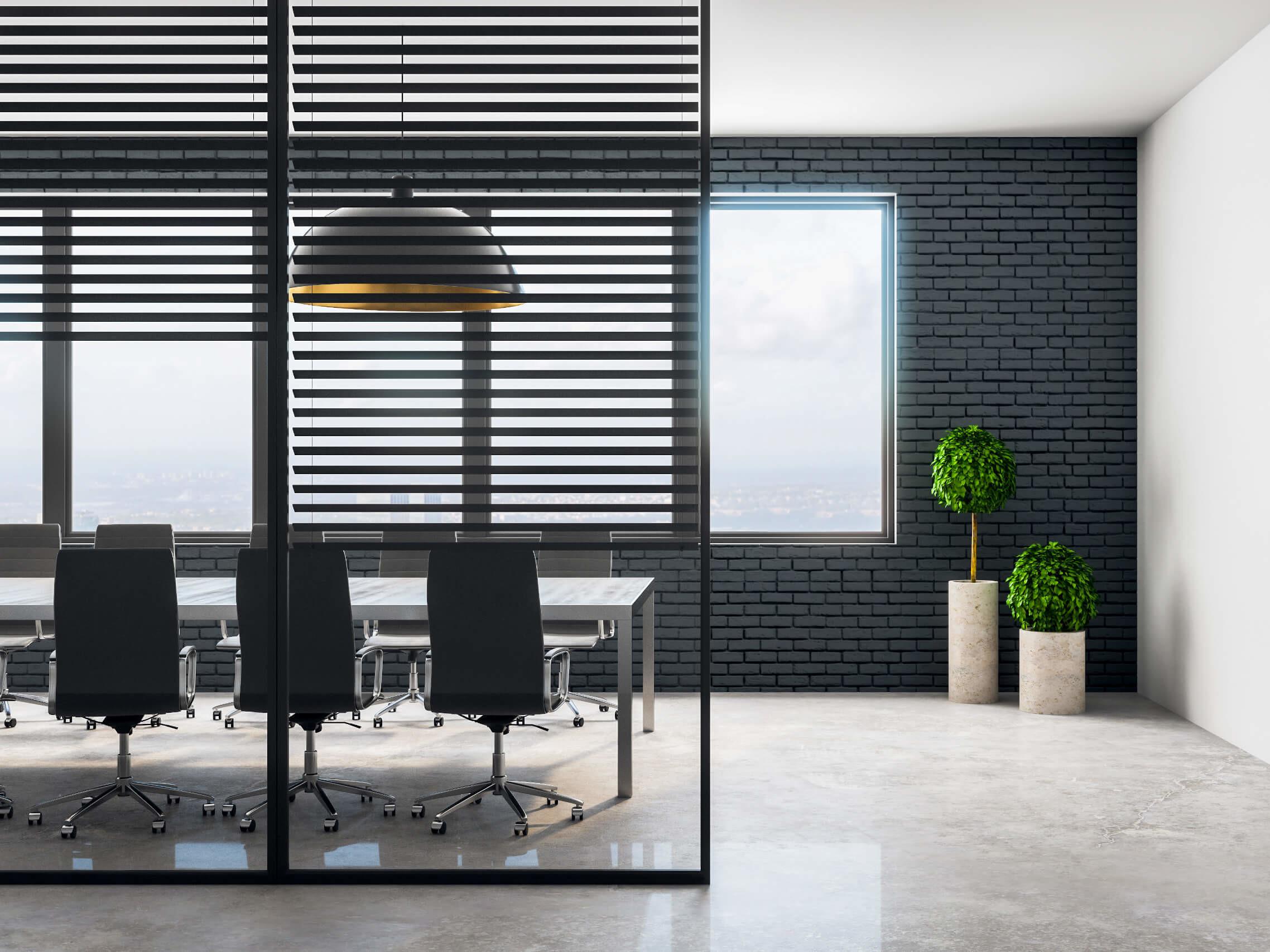 moderner-raumtrenner-aus-glas-vor-einem-besprechungsraum
