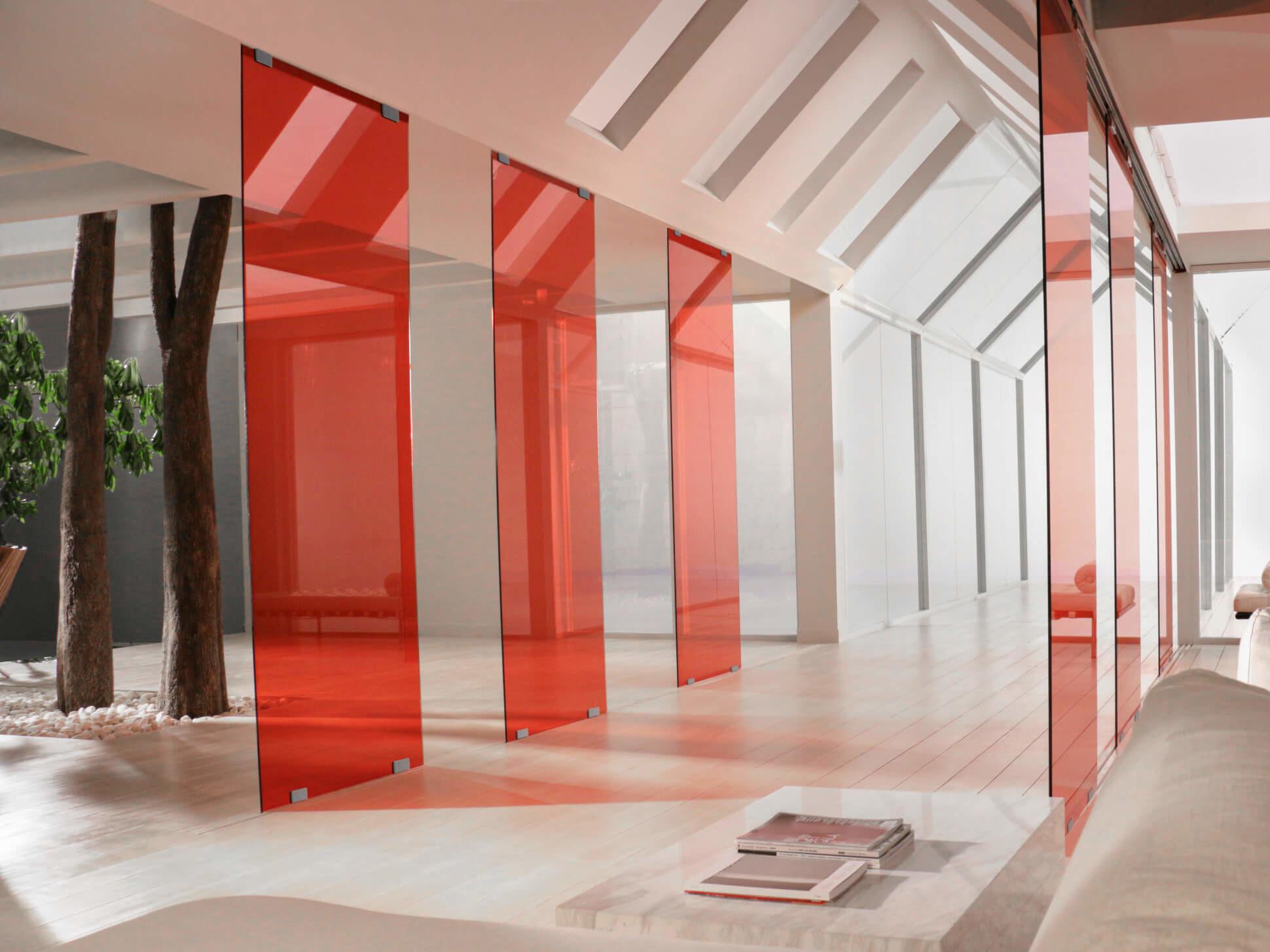 stylische-raumtrenner-glas-in-rot-orange