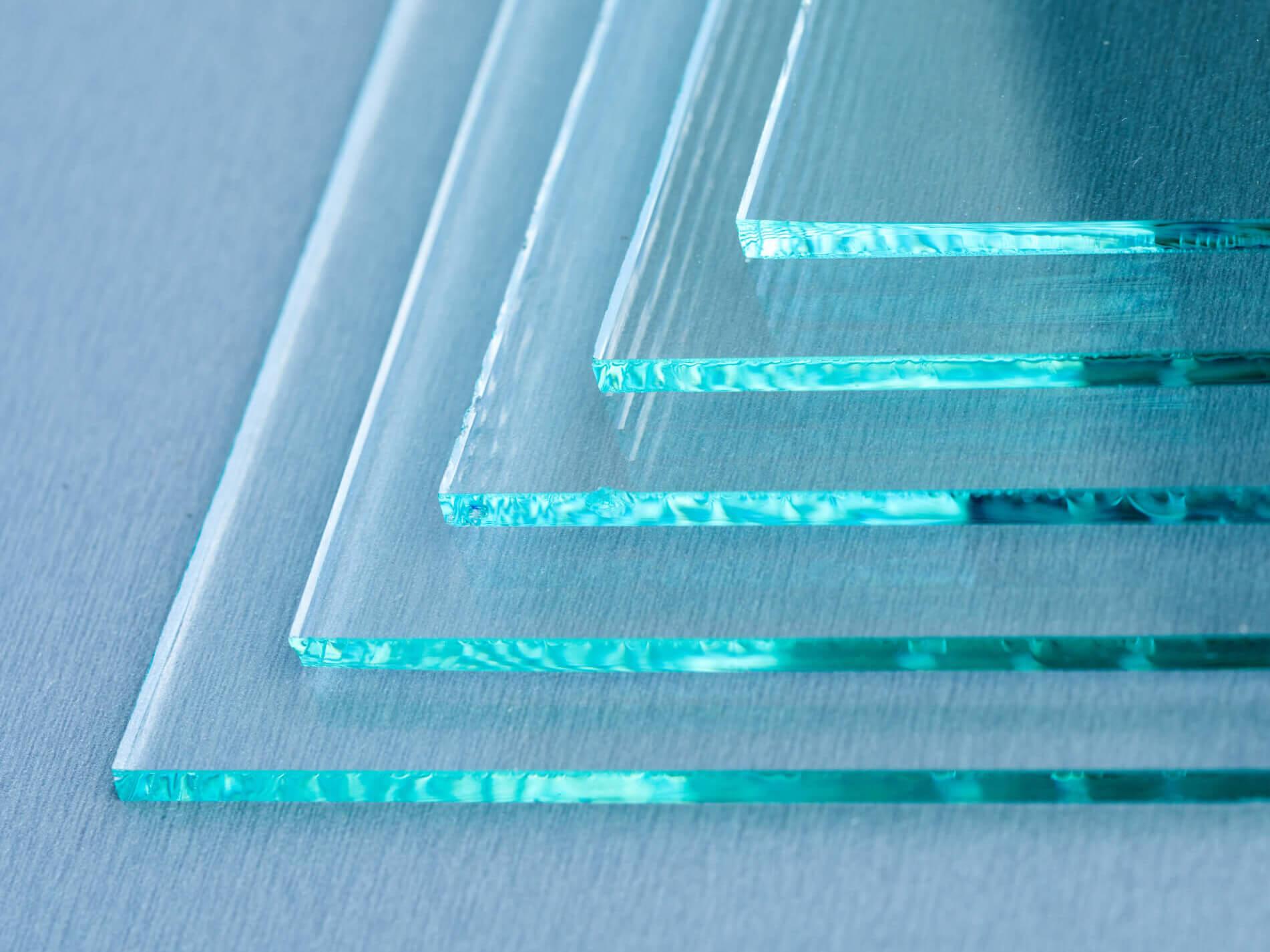 nahaufnahme-glaselemente-wand