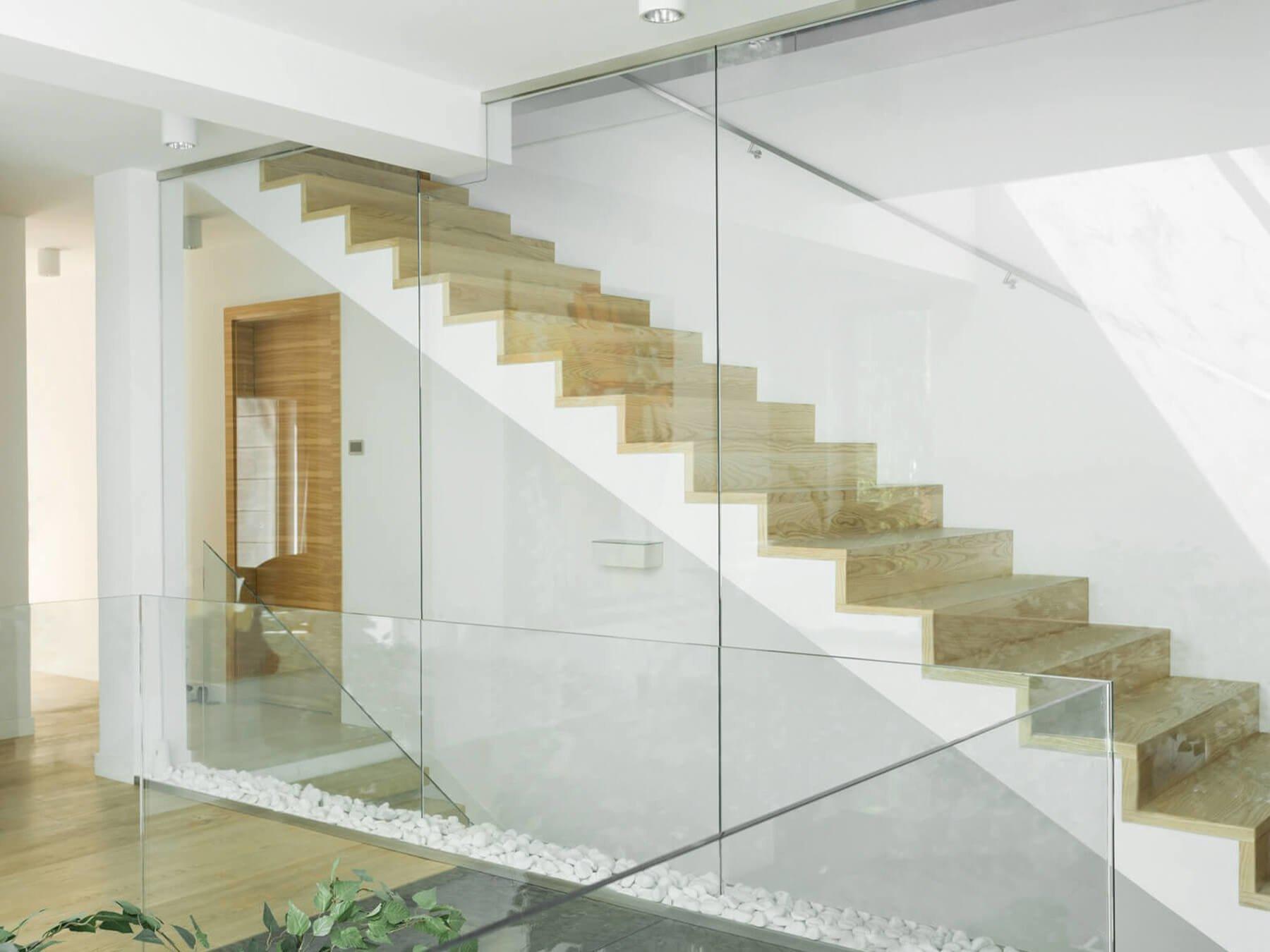 Absturzsichernde Glastrennwand als Treppengeländer
