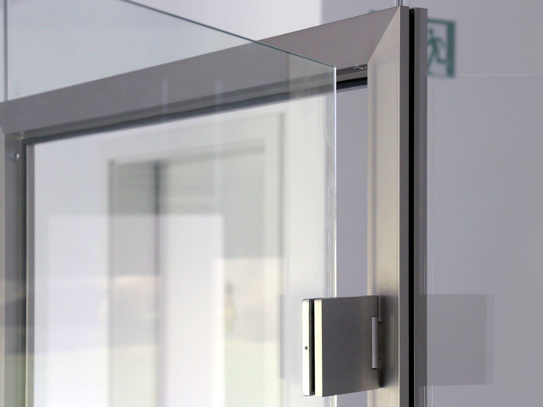 Glastrennwand an Klarglas befestigt an Glasklemme aus Edelstahl