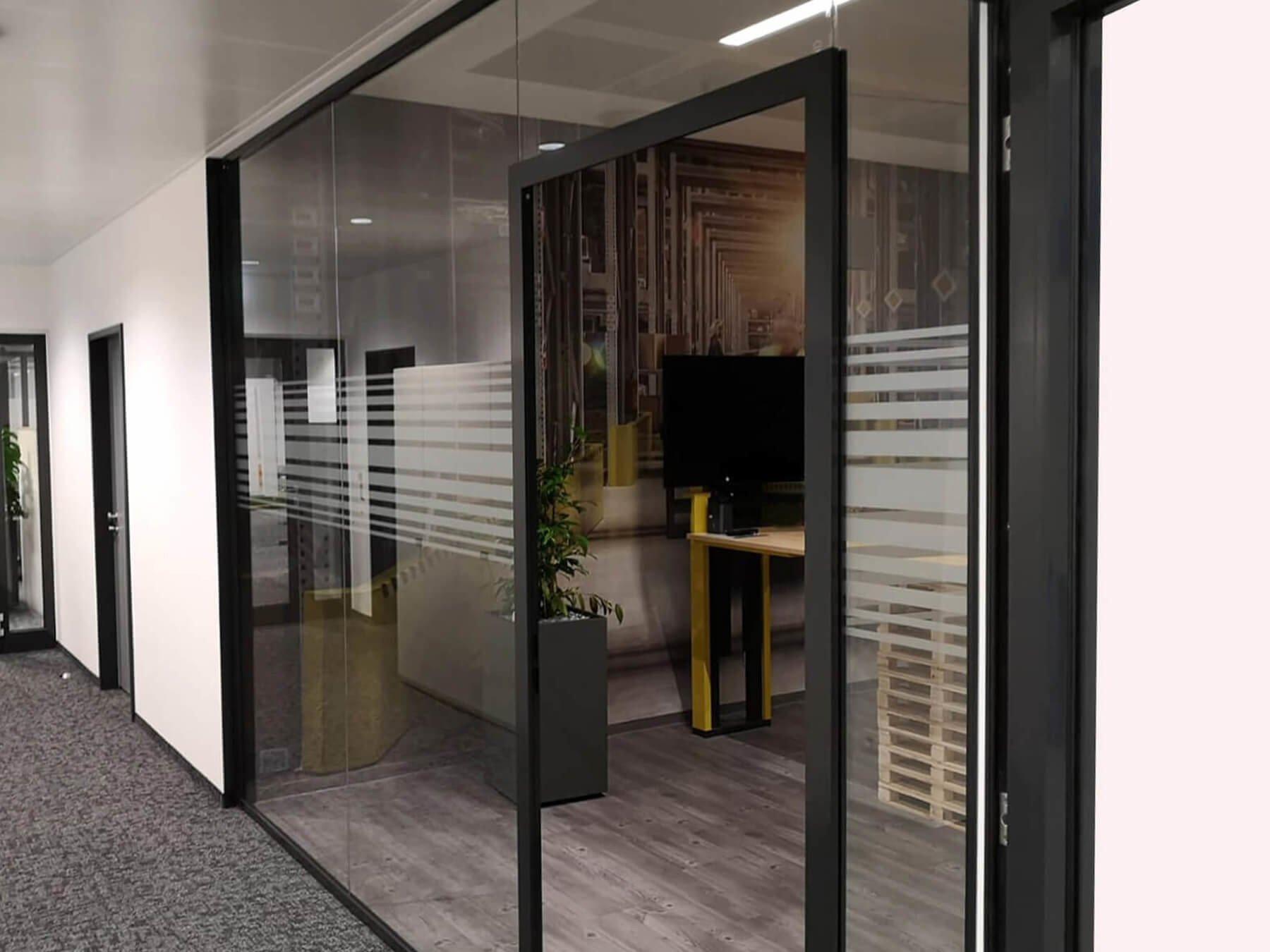 Glastrennwand mit klassischer Tür – BLACK Edition als Abtrennung zum Büro