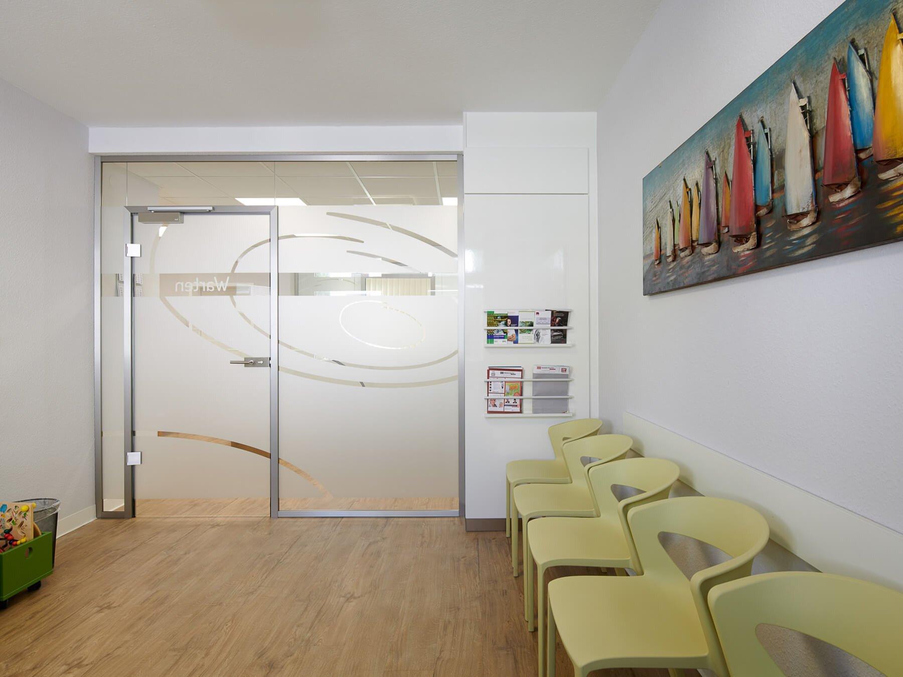 Glastrennwand mit klassischer Tür und individueller Gestaltung