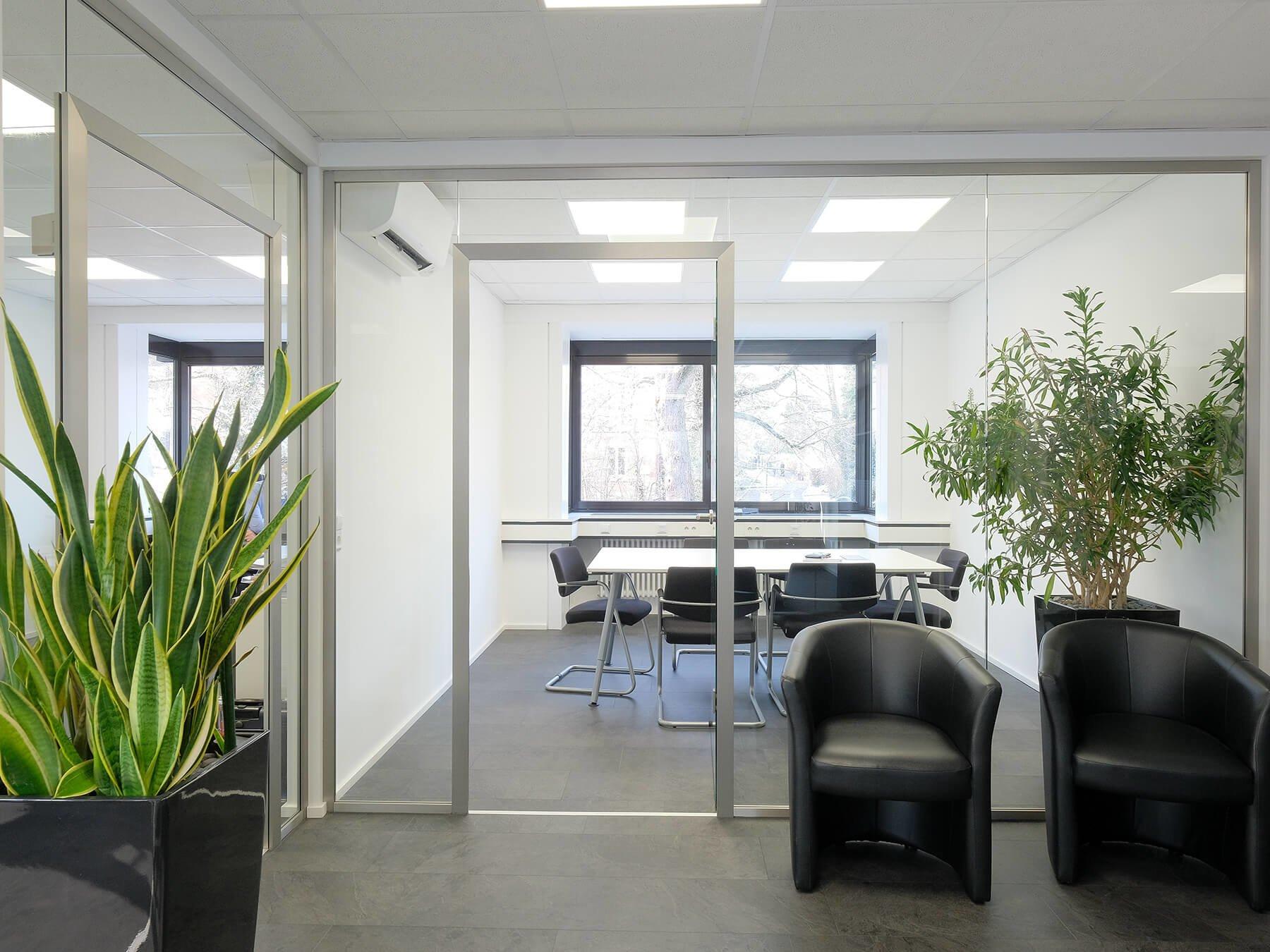 Glastrennwand mit umlaufenden Haltern im Büro