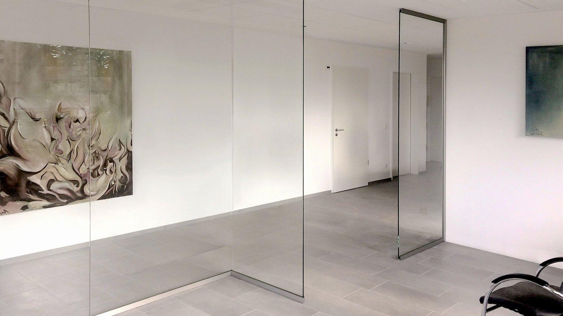 Glastrennwand ohne Tür mit Edelstahlprofilen für das Büro