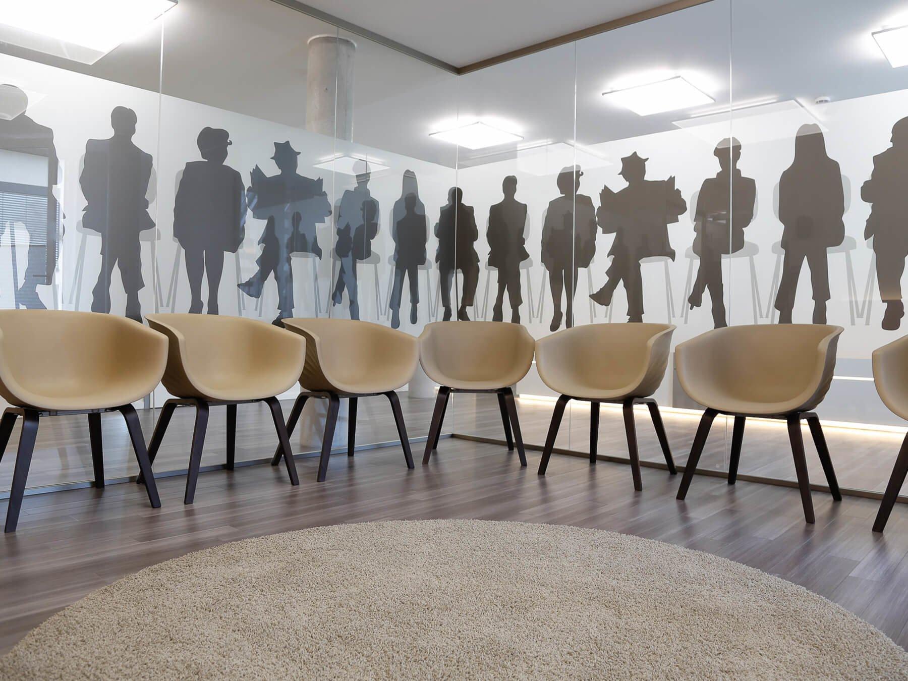Mehrere Stühle im Halbkreis