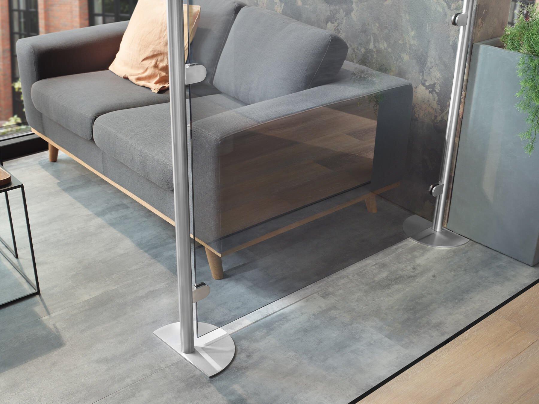 Mobile Glastrennwand mit Standfüßen mit Zuschnitt als Abtrennung zum Sitzbereich
