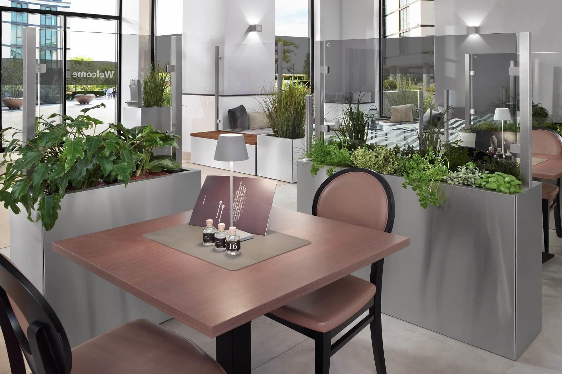 Glastrennwände als Hygienische Abtrennung von Sitzplätzen im Restaurant