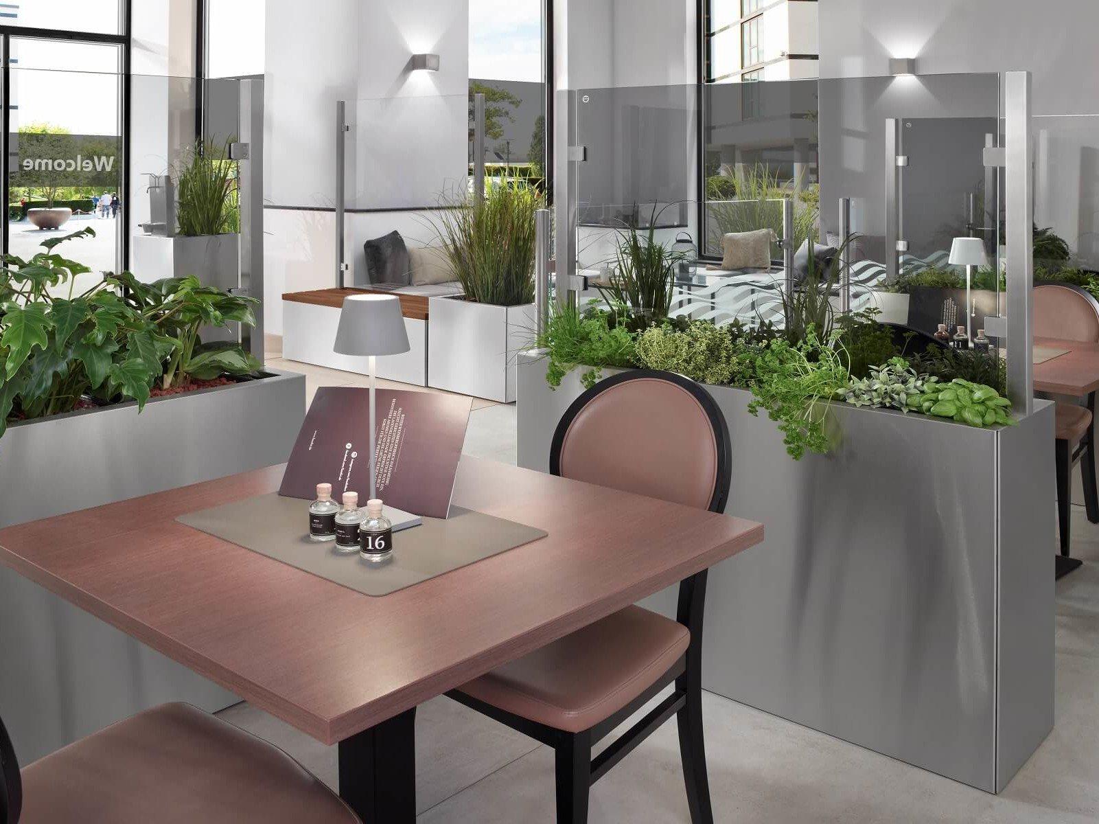 Glastrennwand als Raumtrenner zwischen zwei Plätzen im Restaurant