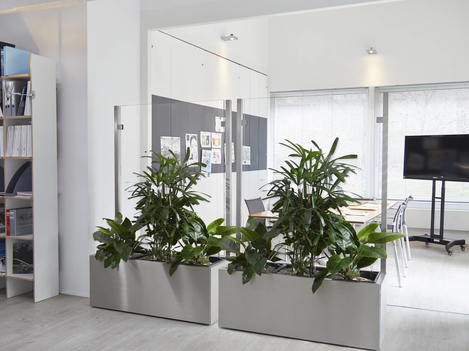 Zwei Glastrennwände als Raumteiler