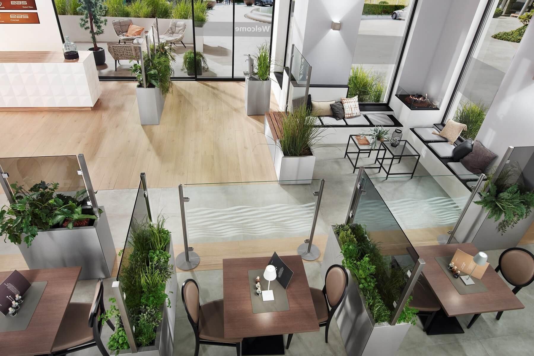 Glastrennwände schaffen abgetrennte Sitzbereiche im Restaurant voneinander