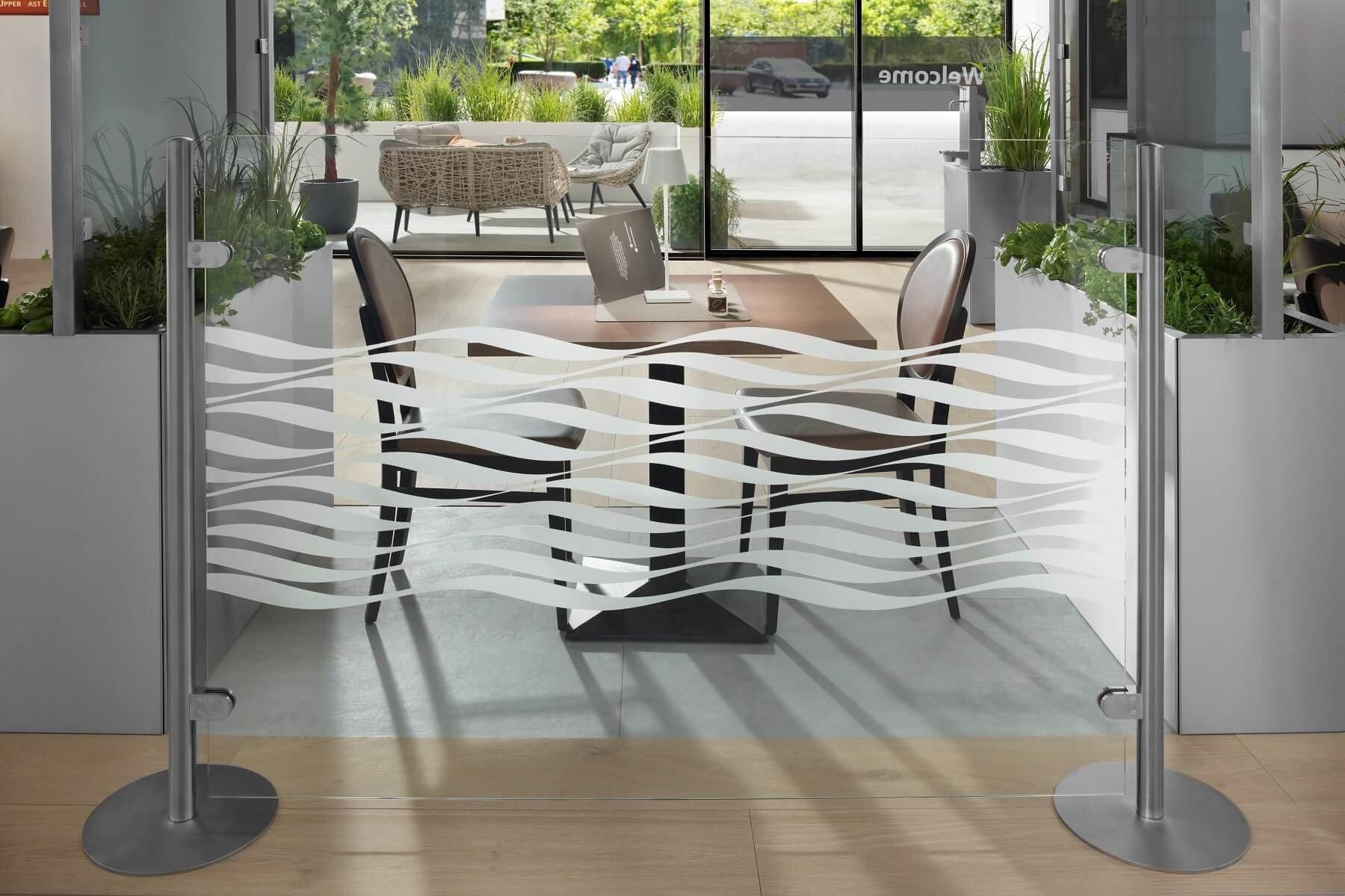 Stellwand aus Glas mit Tellerfüssen als Trennwand im Restaurant