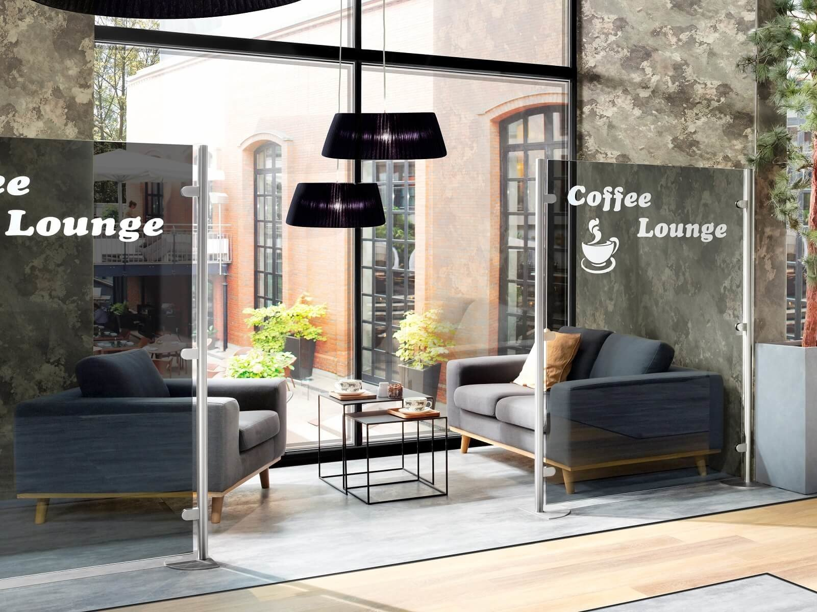 Zwei Glastrennwände schaffen separaten Bereich im Hotel