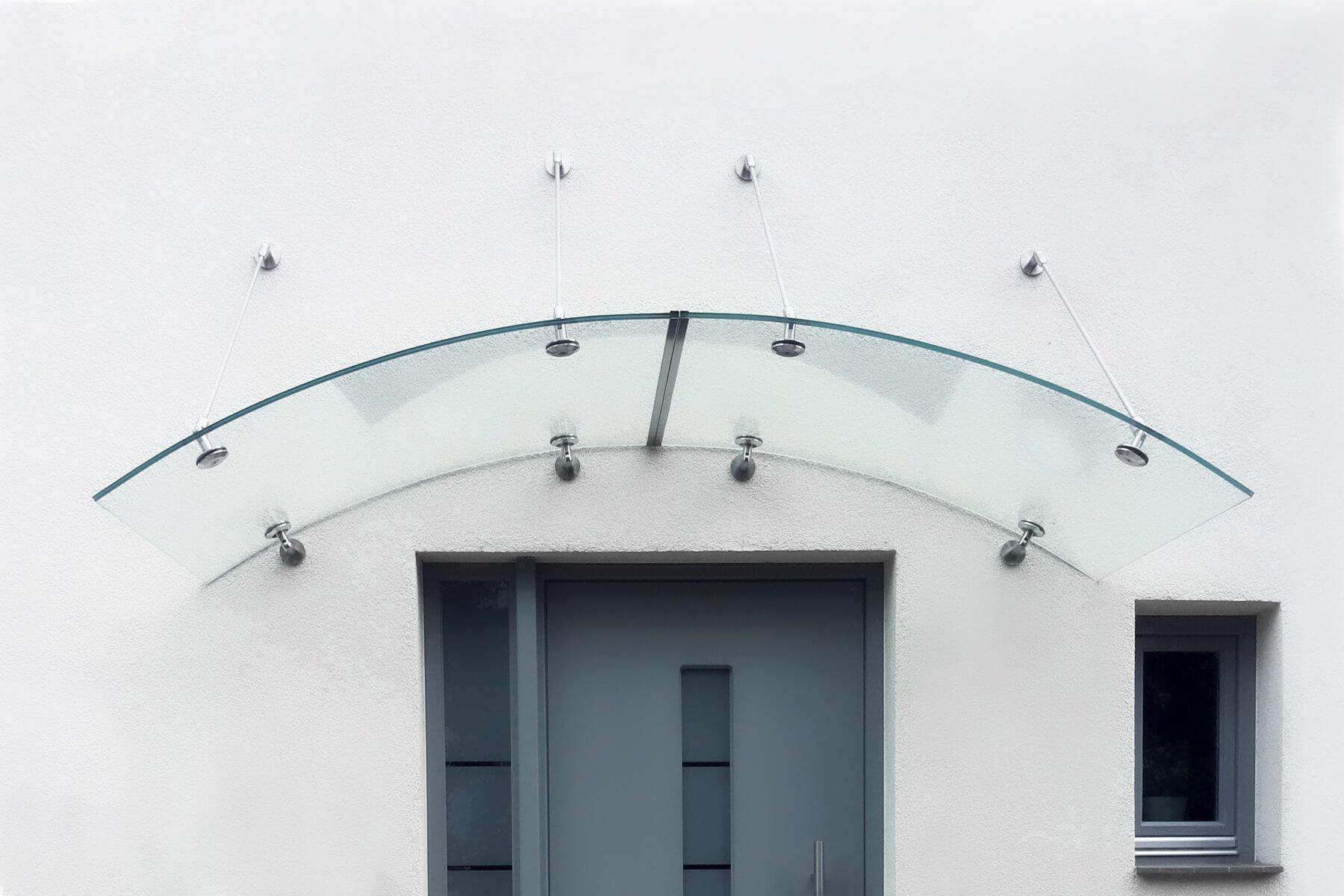 Referenzbild Rundbogenvordach mit punktuellen Haltern