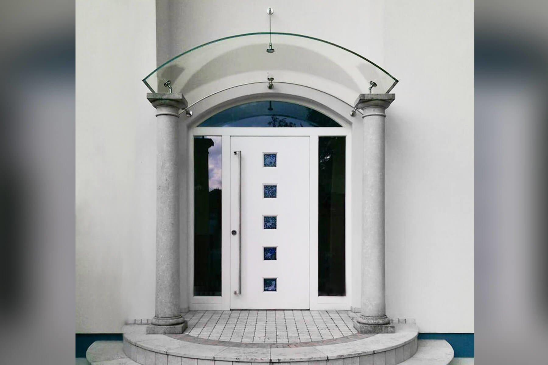 Rundbogenvordach Arcata an historischer Fassade