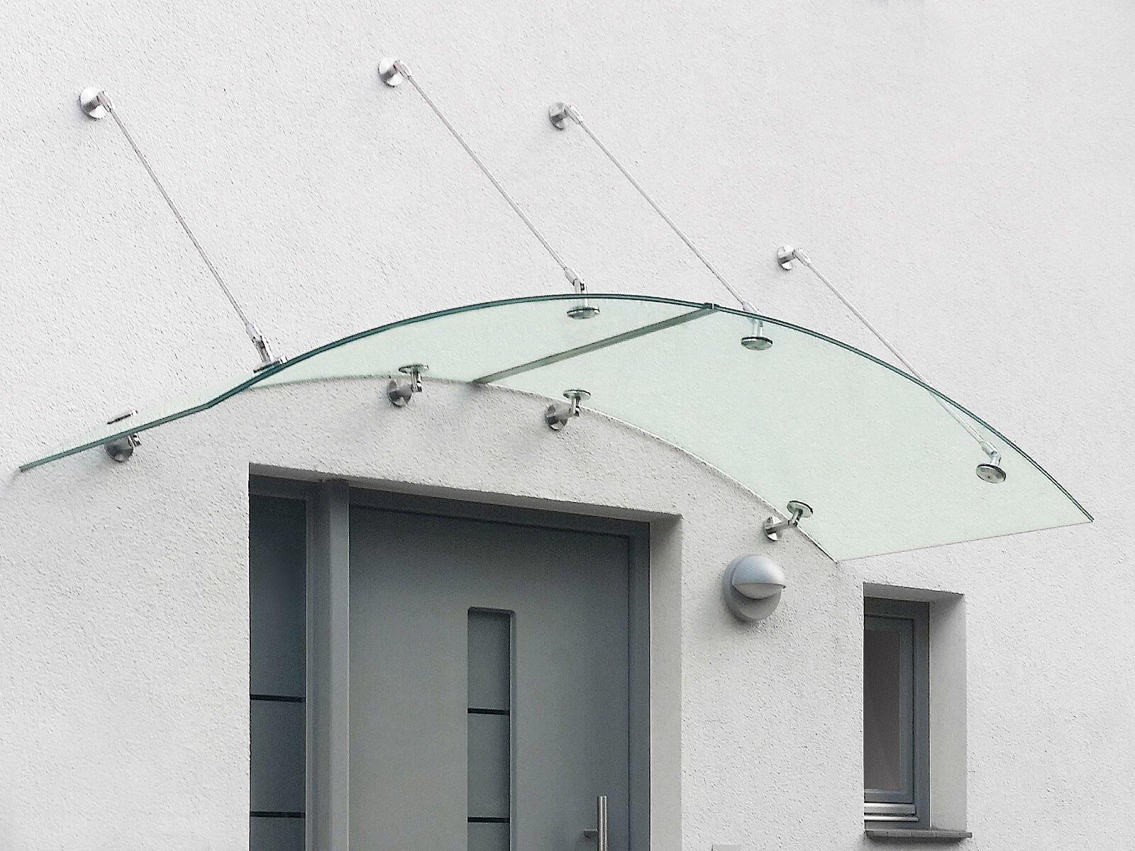 Vordach aus Glas gebogen und punktuellen Haltern