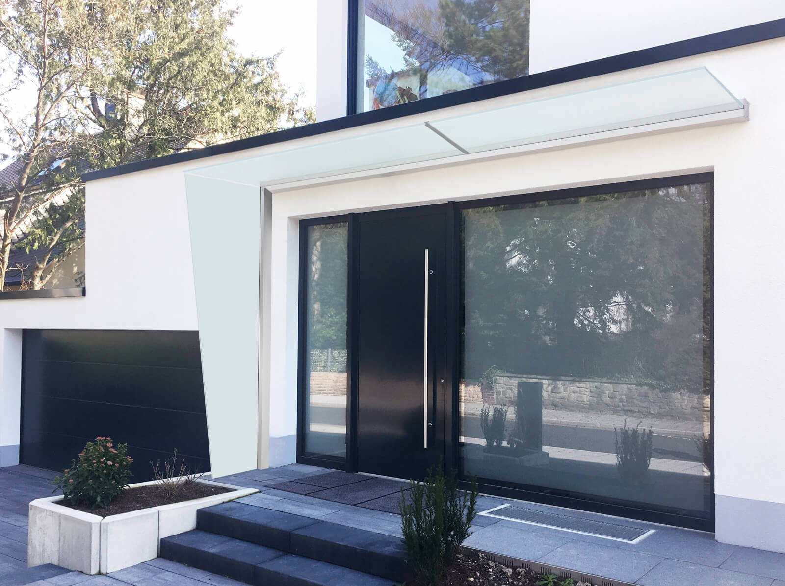 Breites Vordach mit Seitenteil