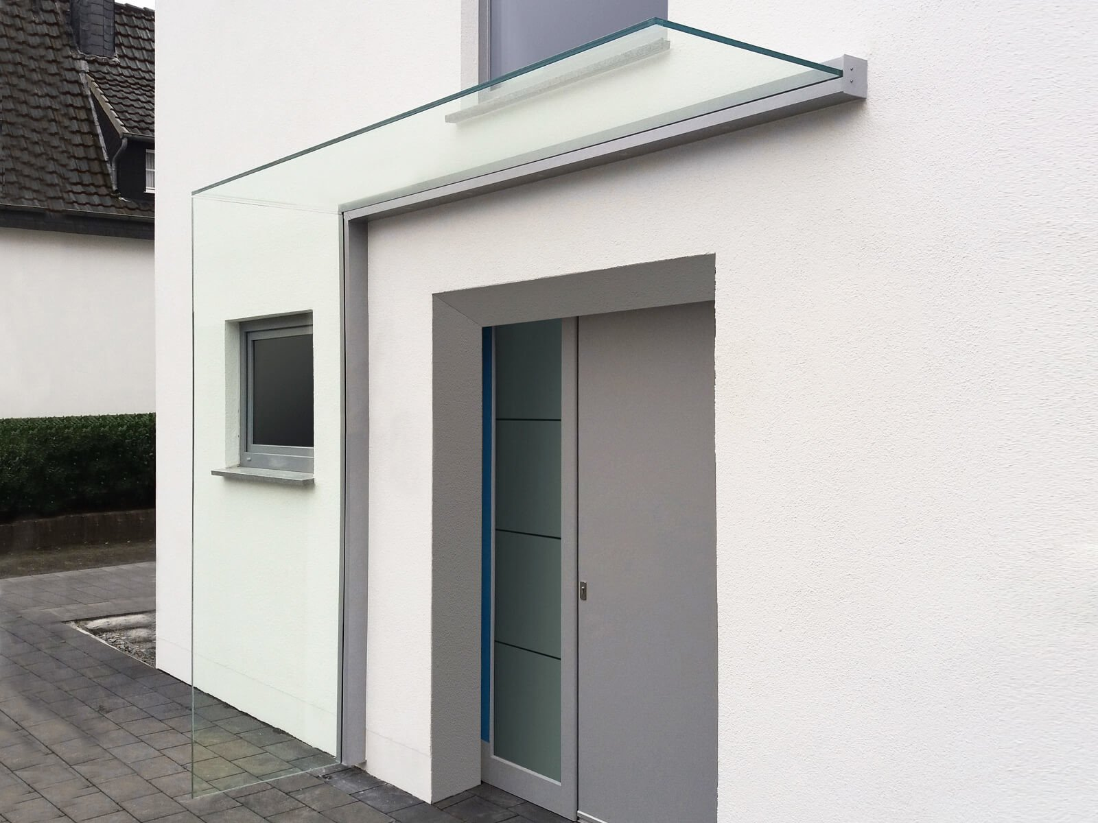 Vordach mit Seitenteil aus Glas
