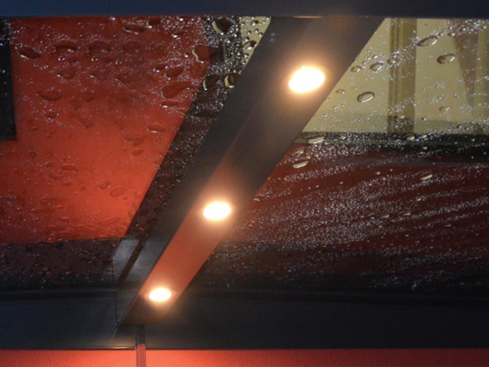 Glasvordach mit LEDs für warmweiße Lichtakzente