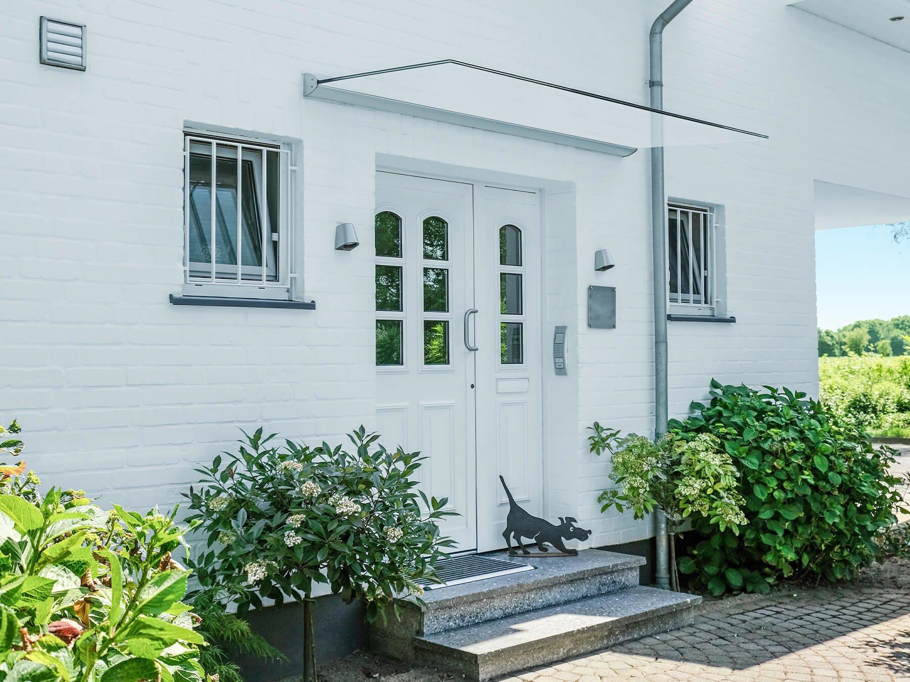 Freitragendes Glasvordach über dem Hauseinang