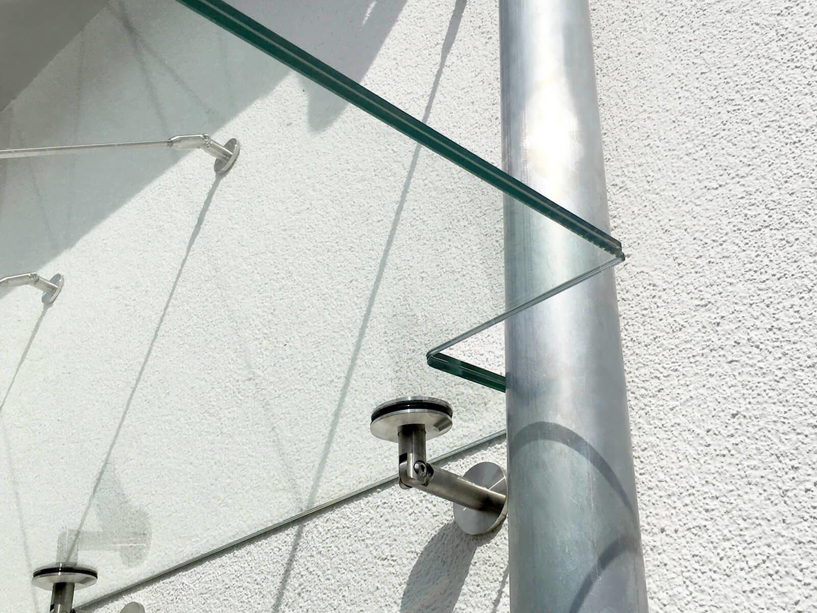 Abgehängtes Vordach mit Regenrohr
