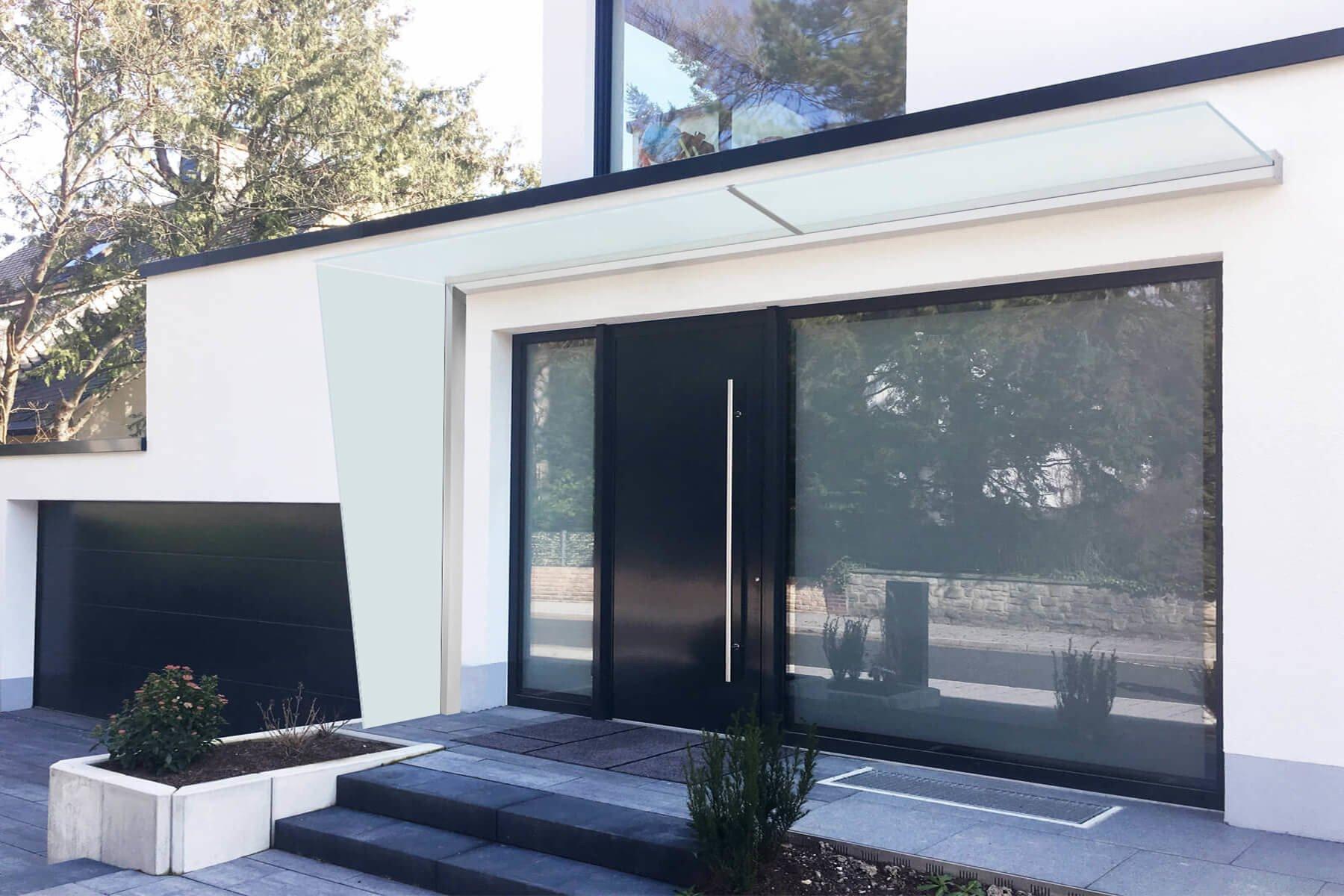 Glasseitenteil Seitenwindschutz für den Eingangsbereich aus Glas mit Schrägschnitt und Vordach