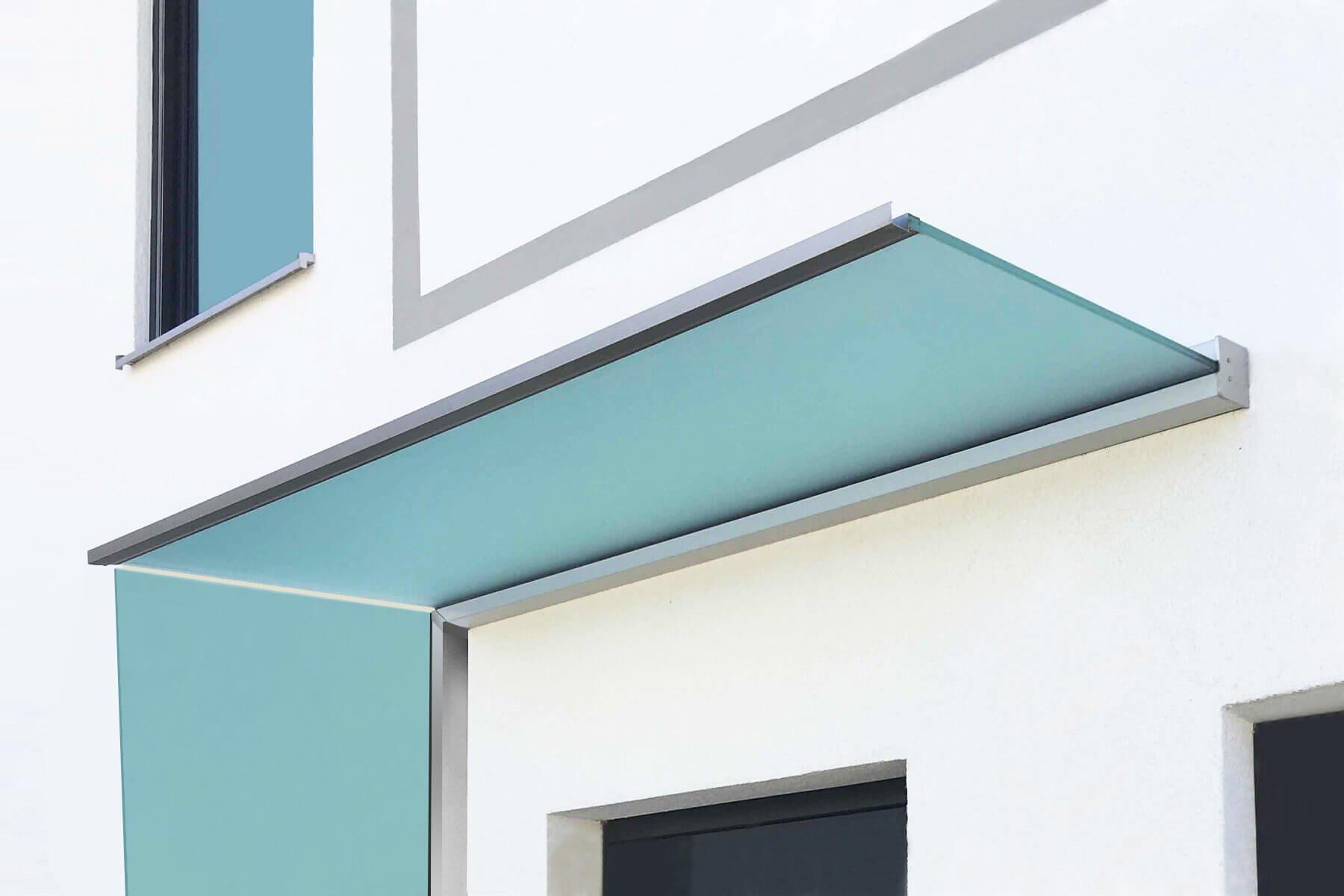 Hochwertiges Vordach mit Seitenwindschutz aus satiniertem Glas sorgt zusätzlich für Sichtschutz