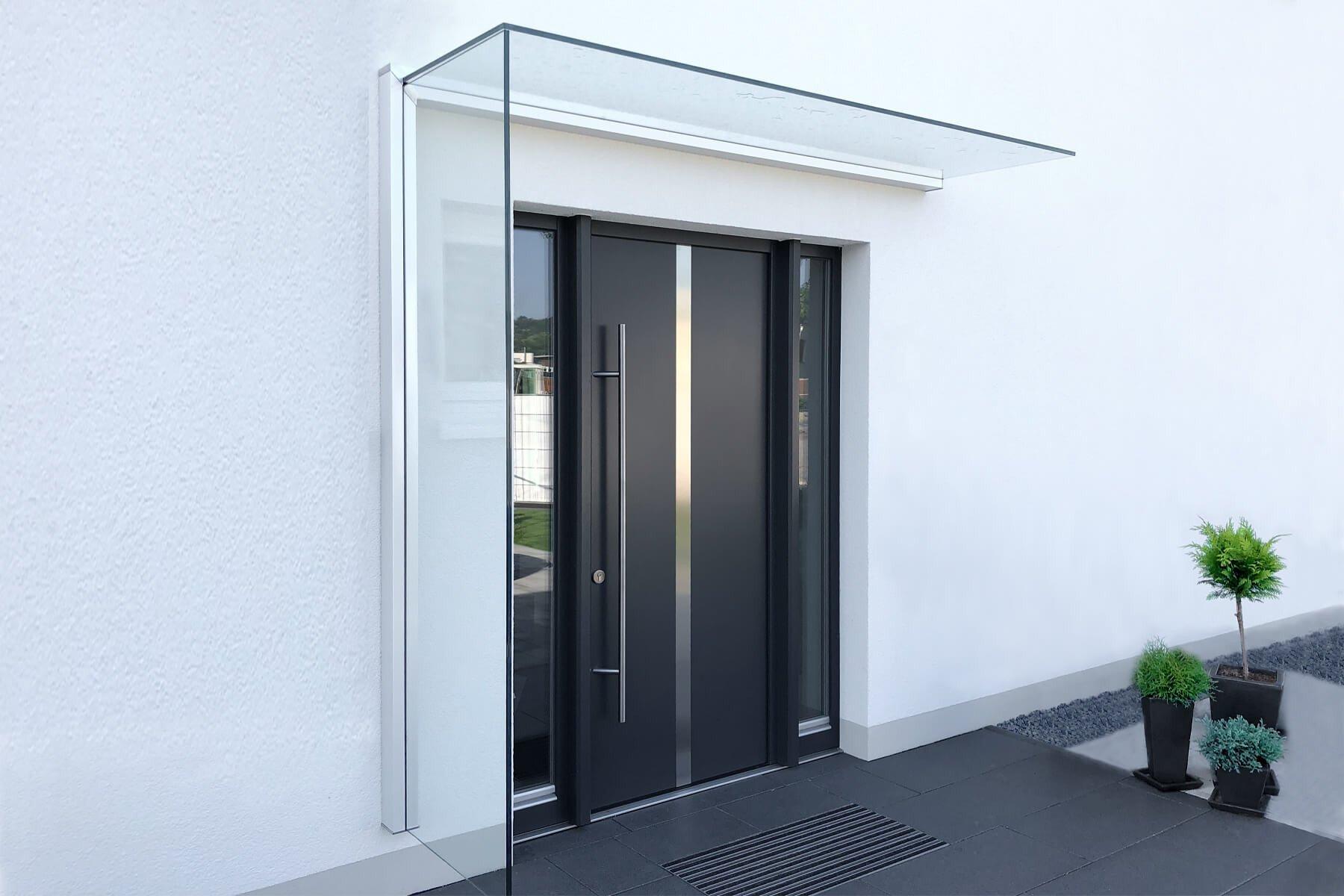 Modern und elegant Vordach mit Glasseiten wertet Optisch jeden Eingangsbereich auf