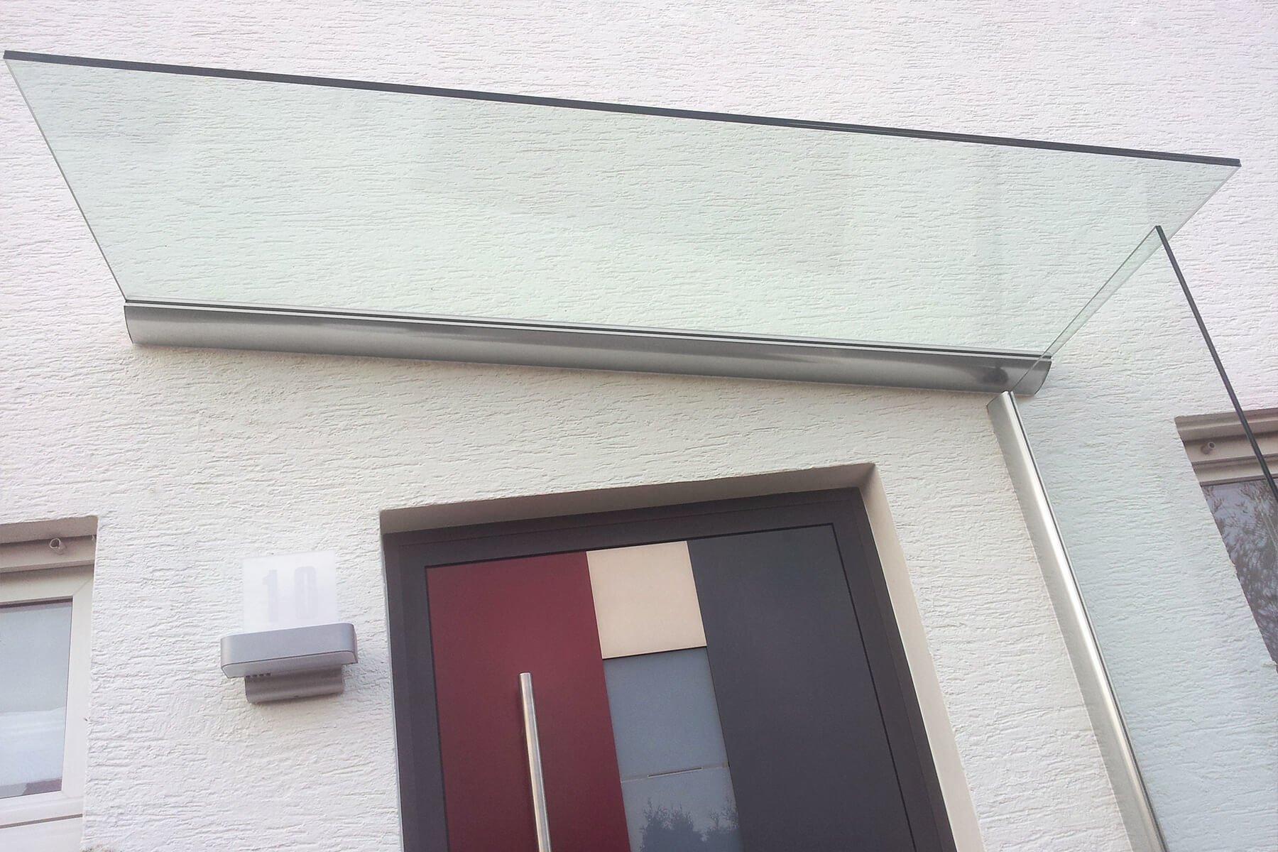 Vordach mit Seitenwindschutz aus Klarglas individuell nach Mass Made in Germany