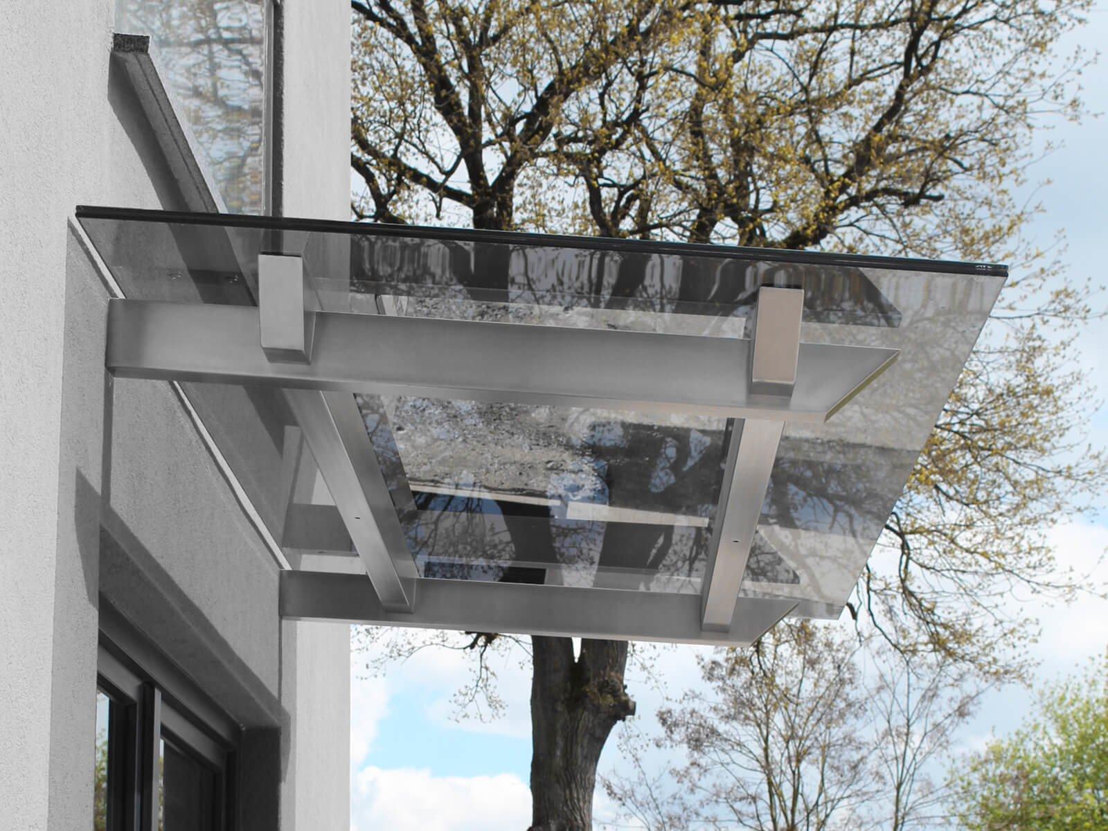 Robustes Vordach Skala von der Seite