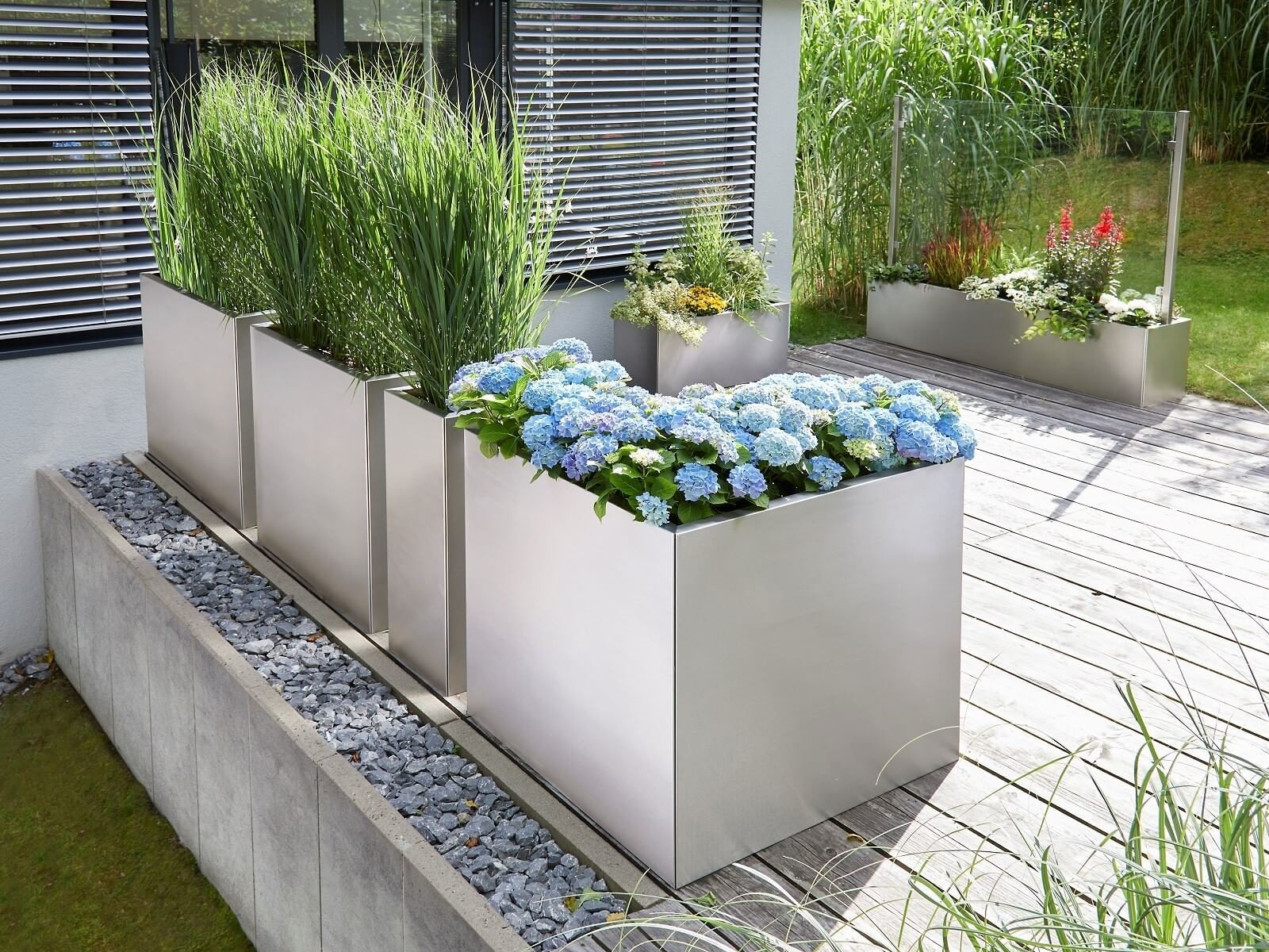 edelstahl-pflanzkübel-l-förmig-auf-der-terrasse