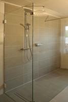 Begehbare Dusche mit zwei Elementen aneinander