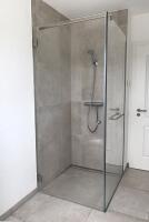 bodenebene-eckdusche-aus-glas-mit-einem-festteil-und-einer-tür-inklusive-handtuchhalter-8