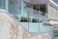 Bruestung aus Glas CLIP mit einem einheitlichem Gesamtbild dank variabler Abdeckung