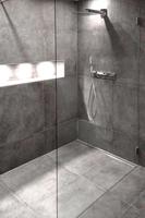 Duschabtrennung mit Lichtelementen in der Dusche