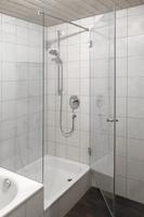 Duschabtrennung Wanne Dusche mit großer Pendeltür