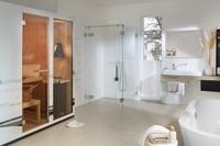 gesamtaufnahme-dichtungslose-transparente-dusche-in-einem-großen-badezimmer