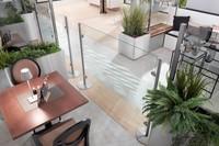 Glastrennwand als Abtrennung im Restaurant