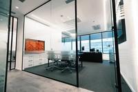 Glastrennwand mit Tür schwarzen Rahmen
