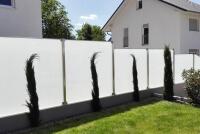 glaszaun-im-garten-montiert-auf-einer-erhoehung-mit-schraegschnitt